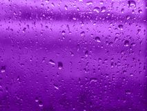Υπεριώδες υπόβαθρο φιαγμένο από πτώση βροχής Υπεριώδες σκηνικό για το σχέδιό σας Καθιερώνουσα τη μόδα έννοια χρώματος του έτους Στοκ Εικόνα