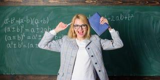 Υπερκόπωση και έλλειψη οδηγώντας δασκάλου υποστήριξης από το επάγγελμα Πίεση και ουδετεροποίηση δασκάλων Γυναίκα δασκάλων με το β στοκ φωτογραφία με δικαίωμα ελεύθερης χρήσης