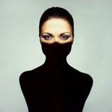 Υπερρεαλιστική νέα κυρία με τη σκιά στο σώμα της Στοκ Εικόνα