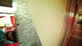 ΥΠΕΡΣΙΒΗΡΙΚΟ ΤΡΑΙΝΟ, MONGOLIA/RUSSIA: Γυναίκες που παίζουν την κάρτα απόθεμα βίντεο