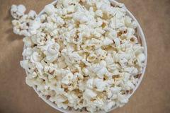 Υπερυψωμένη άποψη κινηματογραφήσεων σε πρώτο πλάνο σχετικά με popcorn στοκ φωτογραφία
