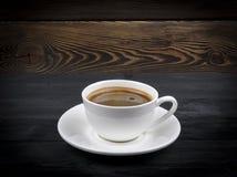 Υπερυψωμένη άποψη μιας πρόσφατα παρασκευασμένης κούπας του καφέ espresso στο αγροτικό ξύλινο υπόβαθρο με woodgrain τη σύσταση Ύφο στοκ εικόνες