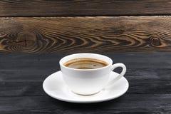 Υπερυψωμένη άποψη μιας πρόσφατα παρασκευασμένης κούπας του καφέ espresso στο αγροτικό ξύλινο υπόβαθρο με woodgrain τη σύσταση Ύφο στοκ εικόνα