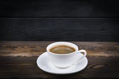 Υπερυψωμένη άποψη μιας πρόσφατα παρασκευασμένης κούπας του καφέ espresso στο μπλε αγροτικό ξύλινο υπόβαθρο με woodgrain τη σύστασ στοκ φωτογραφία με δικαίωμα ελεύθερης χρήσης