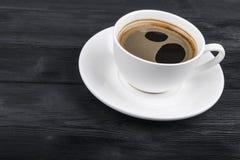 Υπερυψωμένη άποψη μιας πρόσφατα παρασκευασμένης κούπας του καφέ espresso στο μαύρο αγροτικό ξύλινο υπόβαθρο με woodgrain τη σύστα στοκ εικόνες με δικαίωμα ελεύθερης χρήσης