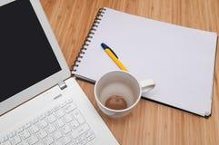Υπερυψωμένη άποψη να εργαστεί στο σπίτι στο lap-top Στοκ Εικόνες