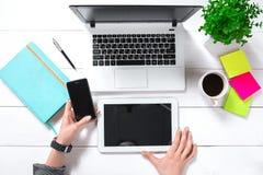 Υπερυψωμένη άποψη της επιχειρηματία που εργάζεται στον υπολογιστή στην αρχή Στοκ Φωτογραφία