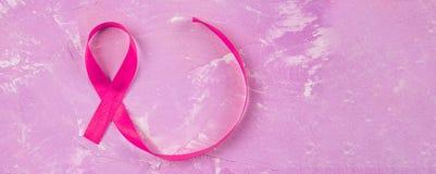 Υπερυψωμένη άποψη της κορδέλλας καρκίνου του μαστού στο ρόδινο κλίμα στοκ φωτογραφία με δικαίωμα ελεύθερης χρήσης