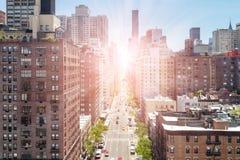 Υπερυψωμένη άποψη της πρώτης λεωφόρου στην πόλη του Μανχάταν Νέα Υόρκη Στοκ Εικόνα
