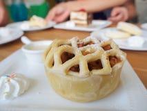 Υπερυψωμένη άποψη της σπιτικής πίτας της Apple ξινής με το διάστημα αντιγράφων Στοκ Εικόνες