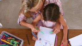 Υπερυψωμένη άποψη της χρωματίζοντας εικόνας μητέρων και κορών φιλμ μικρού μήκους
