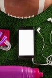 Υπερυψωμένη άποψη του έξυπνου τηλεφώνου από το αμερικανικό ποδόσφαιρο Στοκ φωτογραφία με δικαίωμα ελεύθερης χρήσης
