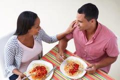 Υπερυψωμένη άποψη του ζεύγους που τρώει το γεύμα από κοινού Στοκ Φωτογραφία