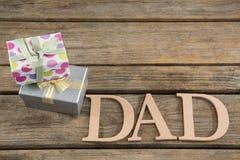 Υπερυψωμένη άποψη του κειμένου μπαμπάδων με τα δώρα Στοκ φωτογραφία με δικαίωμα ελεύθερης χρήσης