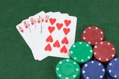 Υπερυψωμένη άποψη του πίνακα πόκερ με τη στοιχημάτιση των τσιπ Στοκ εικόνα με δικαίωμα ελεύθερης χρήσης