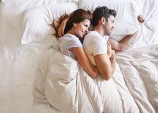 Υπερυψωμένη άποψη του ρομαντικού ζεύγους που βρίσκεται στο κρεβάτι από κοινού Στοκ εικόνα με δικαίωμα ελεύθερης χρήσης