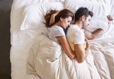 Υπερυψωμένη άποψη του ρομαντικού ζεύγους που βρίσκεται στο κρεβάτι από κοινού Στοκ φωτογραφία με δικαίωμα ελεύθερης χρήσης