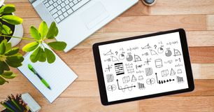 Υπερυψωμένη άποψη των διάφορων τύπων στην ψηφιακή ταμπλέτα με το ημερολόγιο από το lap-top και τις σε δοχείο εγκαταστάσεις σε ξύλ Στοκ Φωτογραφίες