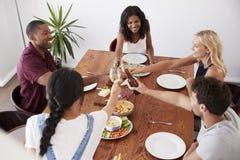 Υπερυψωμένη άποψη των φίλων που απολαμβάνουν το κόμμα γευμάτων στο σπίτι από κοινού Στοκ Εικόνες