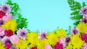 Υπερυψωμένη επίδειξη άνοιξης Πάσχας των φρέσκων λουλουδιών στο μπλε ξύλο, timelapse απόθεμα βίντεο