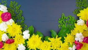 Υπερυψωμένη επίδειξη Πάσχας των φρέσκων λουλουδιών ανοίξεων στο σκού απόθεμα βίντεο