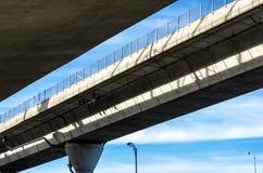 Υπερυψωμένη κεκλιμένη ράμπα αυτοκινητόδρομων Στοκ Φωτογραφία