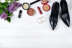 Υπερυψωμένη σύνθεση στοιχείων θερινών περιπάτων με τα παπούτσια και makeup στοκ φωτογραφία με δικαίωμα ελεύθερης χρήσης
