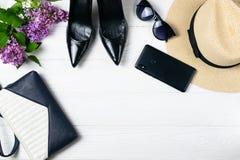Υπερυψωμένη σύνθεση στοιχείων θερινών περιπάτων με τα παπούτσια, πορτοφόλι και makeup στοκ εικόνες