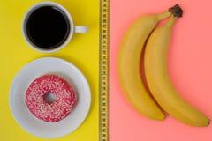 Υπερυψωμένη φωτογραφία άποψης τοπ abobe της υγιούς και ανθυγειινής να κάνει δίαιτα τροφίμων έννοιας μέτρου ταινιών εκατοστόμετρων στοκ εικόνα