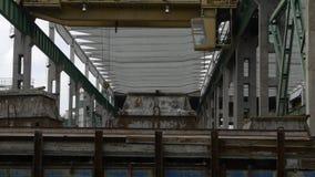 Υπερυψωμένος γερανός αποθηκών εμπορευμάτων εργοστασίων απόθεμα βίντεο