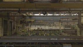 Υπερυψωμένος γερανός εργοστασίων Κίτρινος φορτίο-ανυψωτικός γάντζος χάλυβα Υπερυψωμένος γερανός εργοστασίων κίτρινο στενό σε έναν φιλμ μικρού μήκους