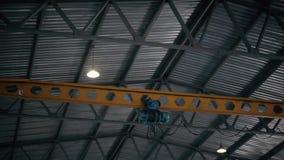 Υπερυψωμένος γερανός εργοστασίων μέσα σε ένα κτήριο εργοστασίων απόθεμα βίντεο