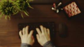 Υπερυψωμένος πυροβολισμός του ατόμου που θερμαίνει τα δάχτυλά του πριν από την έναρξη στη δακτυλογράφηση απόθεμα βίντεο