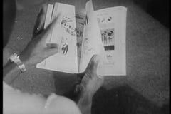 Υπερυψωμένος πυροβολισμός του βιβλίου ανάγνωσης προσώπων απόθεμα βίντεο