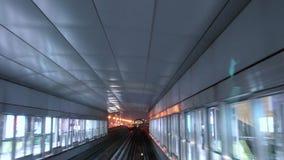 Υπερυψωμένος πλησιάζοντας σταθμός τραίνων μετρό, Ντουμπάι απόθεμα βίντεο