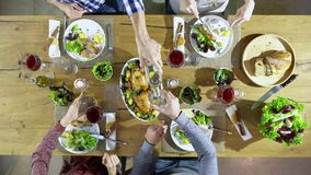 Υπερυψωμένος τοπ πίνακας τέσσερα άποψης καυκάσιοι φίλοι που τρώνε το μεσημεριανό γεύμα, κατανάλωση, φρυγανιά μαζί με το κοτόπουλο απόθεμα βίντεο