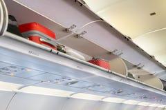 Υπερυψωμένο διαμέρισμα αποσκευών με τις χέρι-αποσκευές στο εσωτερικό καμπινών αεροπλάνων ή αεροσκαφών Στοκ φωτογραφίες με δικαίωμα ελεύθερης χρήσης