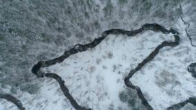 Υπερυψωμένο μήκος σε πόδηα κηφήνων επάνω από το curvy ποταμό το χειμώνα απόθεμα βίντεο