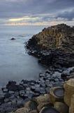 Υπερυψωμένο μονοπάτι γίγαντα - Antrim ακτή, Βόρεια Ιρλανδία, UK. Στοκ φωτογραφία με δικαίωμα ελεύθερης χρήσης