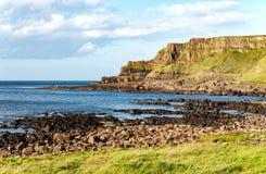 Υπερυψωμένο μονοπάτι και απότομοι βράχοι γιγάντων στη Βόρεια Ιρλανδία Στοκ φωτογραφίες με δικαίωμα ελεύθερης χρήσης