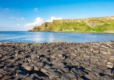 Υπερυψωμένο μονοπάτι και απότομοι βράχοι γιγάντων στη Βόρεια Ιρλανδία Στοκ Φωτογραφία