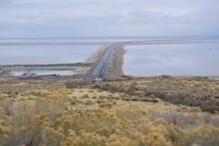 Υπερυψωμένο μονοπάτι νησιών αντιλοπών πέρα από το Γκρέιτ Σωλτ Λέηκ στοκ φωτογραφίες με δικαίωμα ελεύθερης χρήσης
