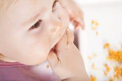 Υπερυψωμένο μωρό που τρώει με το χέρι Στοκ φωτογραφίες με δικαίωμα ελεύθερης χρήσης