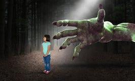 Υπερφυσικές αποκριές, κορίτσι, παιδική ηλικία, εφιάλτης, τρόμος, φρίκη στοκ φωτογραφίες