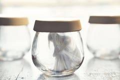Υπερφυσική στιγμή μιας γυναίκας μέσα σε ένα βάζο γυαλιού στοκ φωτογραφίες