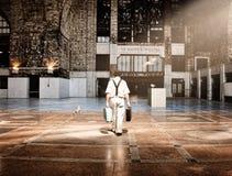 Υπερφυσικό επιχειρησιακό άτομο που περπατά στις διακοπές Στοκ Εικόνες