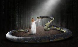 Υπερφυσικό φίδι, φύση, ξύλα, κορίτσι στοκ φωτογραφία