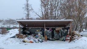 Υπερχειλισμένο scrapyard για τα απορρίμματα οικολογία όπως το πρόβλημα της σύγχρονης Ρωσίας απόθεμα βίντεο