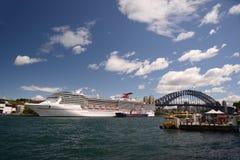 Υπερωκεάνειο πνευμάτων καρναβαλιού που ελλιμενίζεται στο λιμάνι Αυστραλία του Σίδνεϊ Στοκ Εικόνες