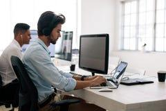 Υπεύθυνοι για την ανάπτυξη εφαρμογής που λειτουργούν στους υπολογιστές στην αρχή στοκ φωτογραφίες